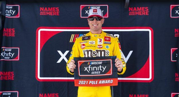 #54: Kyle Busch, Joe Gibbs Racing, Toyota Supra M&M's pole award